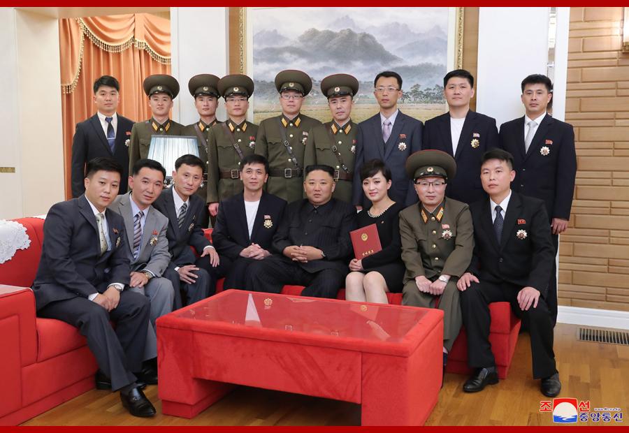 Глава КНДР Ким Чен Ын вчера встретился с деятелями культуры